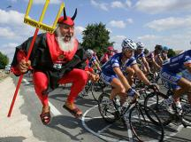 11 of the Craziest Cycling Fans in Tour de France History